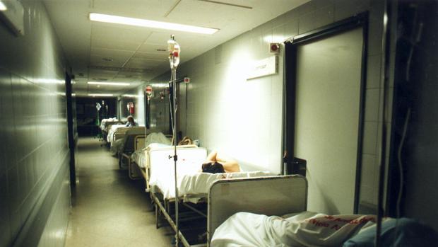 Imagen de archivo de enfermos en camas improvisadas en un pasillo de un hospital sevillano