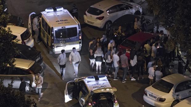 La Policía Local de Sevilla en una zona de botellón