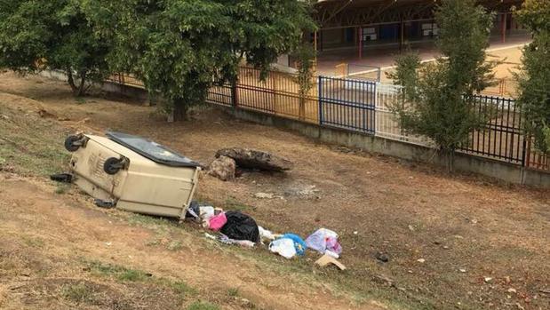 Suciedad en el colegio Valeriano Becquer en Sevilla