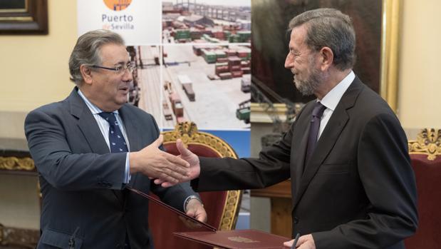 El ministro del Interior, Juan Ignacio Zoido(i), y el presidente de la Autoridad Portuaria de Sevilla, Manuel Gracia