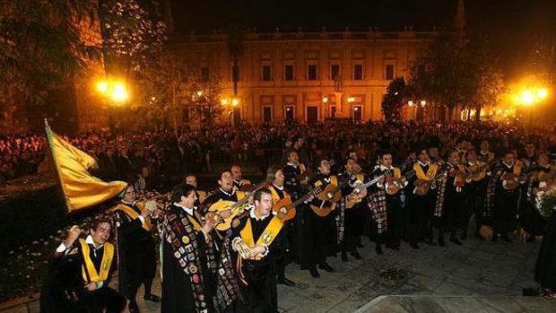 La tuna de Medicina canta a los pies del monumento a la Inmaculada en Sevilla