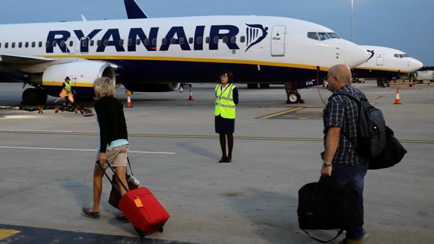 Dos turistas ante un avión de Ryanair