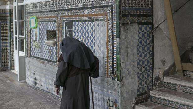 Una monja pasea por la planta baja del claustro de Santa Inés
