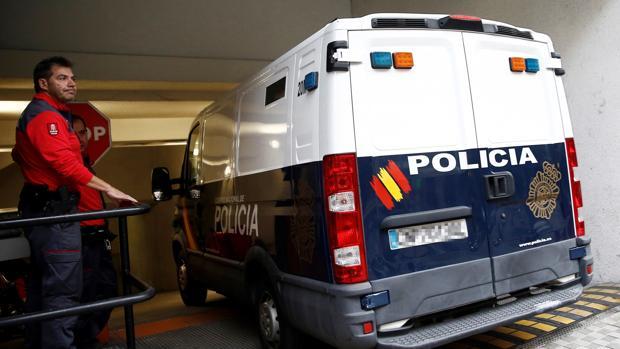 Furgón policial con los acuados en su interior