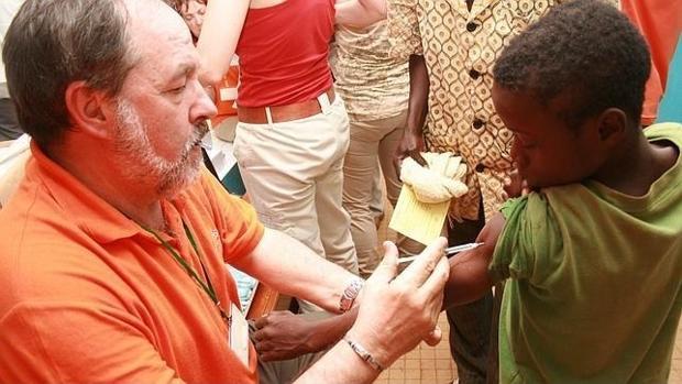 Alfonso Carmona vacunando a un niño en una de las campañas