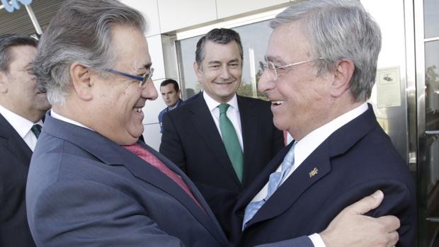 Juan Ignacio Zoido saluda a Antonio Moreno Andrade en presencia de Antonio Sanz