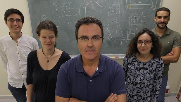 El matetmático, José Manuel Díaz Bañez con su equipo