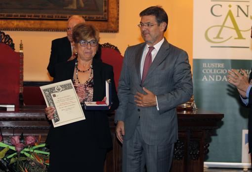 Elisa Zejalbo Martín recoge el premio de manos de Rafael Catalá