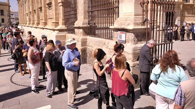 Cola de turistas para acceder a la Catedral de Sevilla