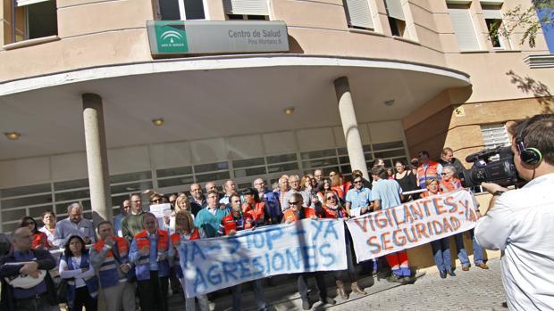Manifestación del personal del centro de salud en protesta por las agresiones