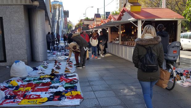 «Top manta» en la avenida Luis de Morales, junto a Nervión Plaza y frente al mercadillo navideño instalado allí