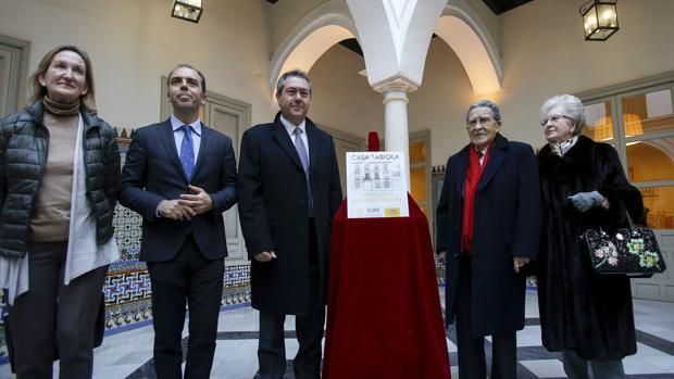 El alcalde, en el centro, flanqueado por Bellver y su esposa y por los ediles Mar Sánchez Estrella y Javier Millán