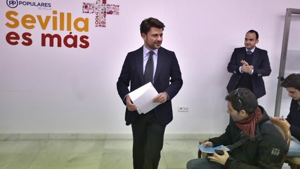 Beltrán Pérez atendiendo a la prensa