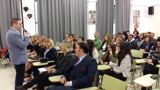 Alumnos, profesores y padres, reunidos en la presentación del nuevo proyecto Erasmus+