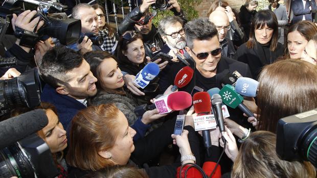 Alejandro Sanz, ante los periodistas, a su llegada al hotel Alfonso XIII de Sevilla