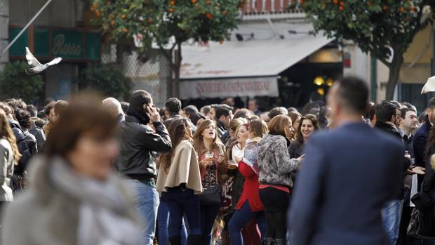 El Paseo de Colón es una de las zonas que aglutina a más personas bebiendo en la calle todos los días