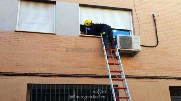 Los bomberos accediendo a la vivienda para rescatar al niño
