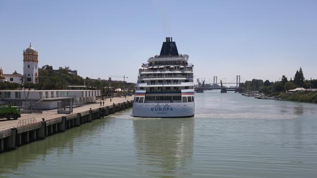 Un crucero parte del muelle de las Delicias