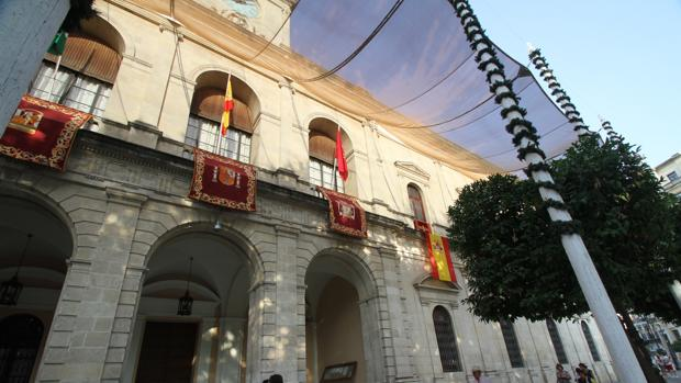 El Ayuntamiento, con la bandera de la ciudad