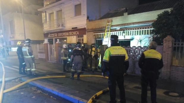 Bomberos de Sevilla actuando en el lugar del incendio.