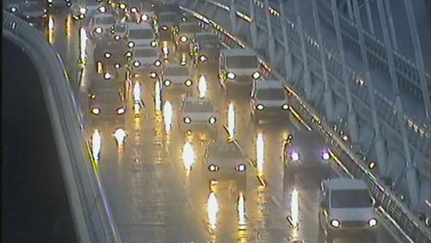 Tráfico intenso en el Puente del Alamillo