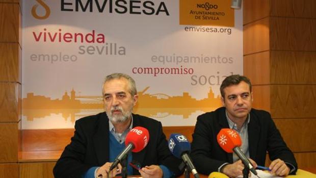 El concejal delegado de Empleo y Bienestar Social, Juan Manuel Flores, y el gerente de Emvisesa, Felipe Castro.