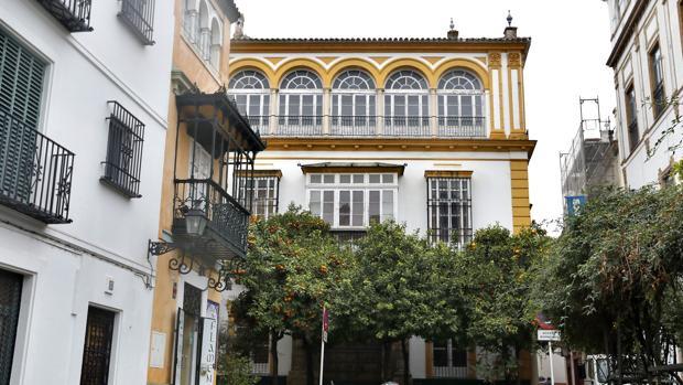 Al fondo, el edificio que fue vivienda de Juan Talavera y que ahora acaba de comprar Hotusa al BBVA