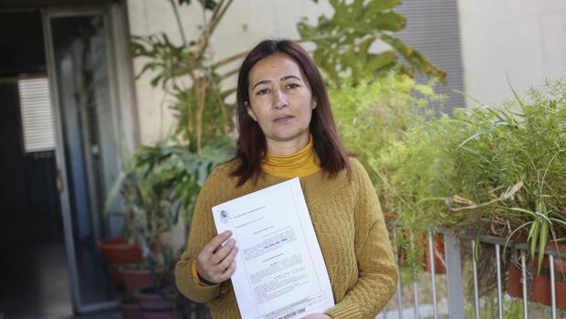 Teresa García García con la sentencia que da la razón