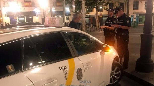 Imagen de archivo de un taxista denunciado por la Policía Local de Sevilla