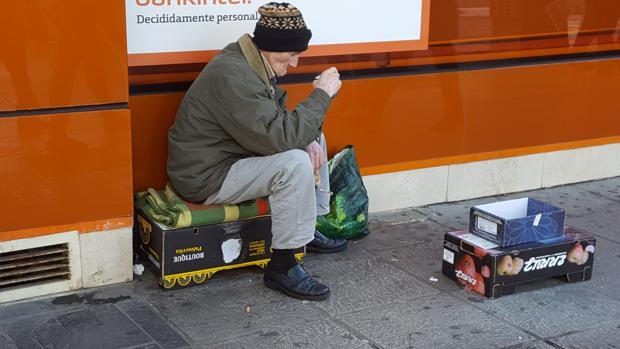 El sintecho de Sevilla al que dieron una vivienda vuelve a mendigar en la calle