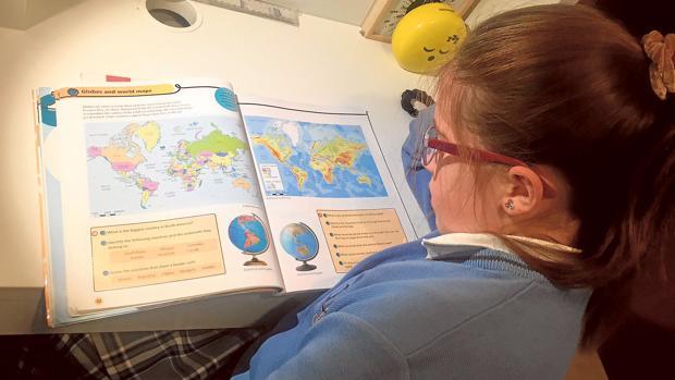 Una niña estudia en un libro en inglés