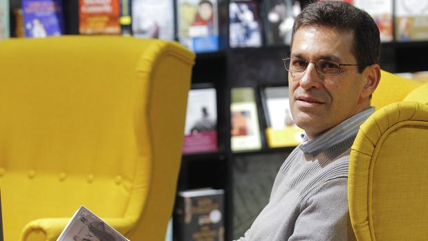Juan Domínguez Bendala en la nueva librería Isla de Papel