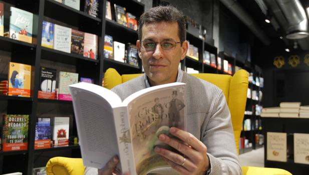 Juan Domínguez Bendala con su libro «El Ciervo de Robson», en la librería Isla de Papel