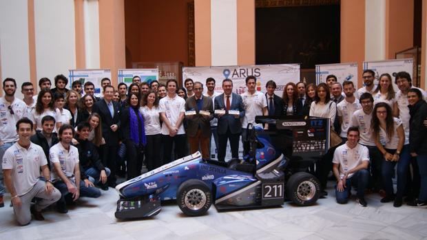 Foto de familia de los estudiantes de la temporada 2016-2017, junto al alcalde, J.Espadas, y el rector, M.A.Castro