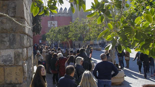 Cola de turistas en el Real Alcázar de Sevilla