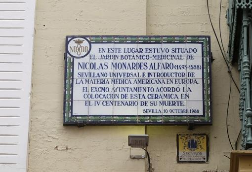 La placa que recuerda el sitio donde estuvo el jardín de Monardes