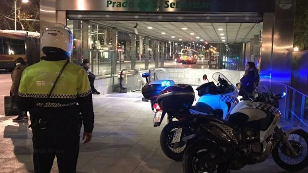 Dos agentes de la Policía Local acudieron al auxilio del niño enfermo en la boca del metro