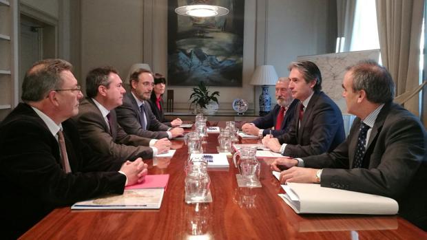 Una imagen de la reunión de hoy miércoles en el Ministerio de Fomento