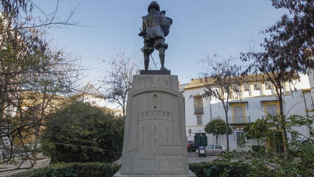 Estatua de Zurbarán en la Plaza de Pilatos. En el pedestal, la Torre de Espantaperros