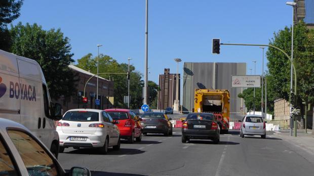 Varios vehículos a la espera de que se cierre el puente