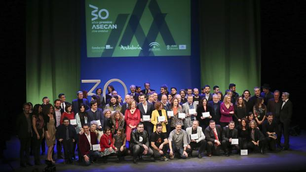 Foto de familia de los Premios Asecan entregados este sábado en el Teatro Lope de Vega de Sevilla