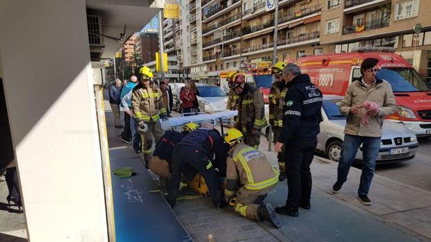 Bomberos y sanitarios trasladan a la mujer herida