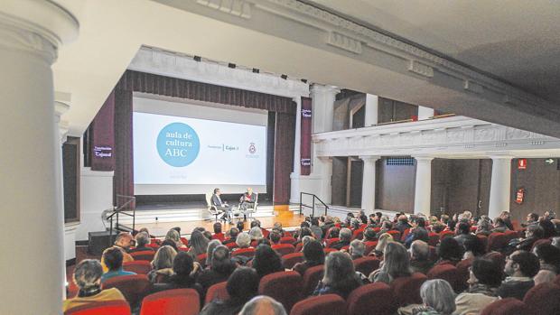 Francisco Robles conversa con José Antonio Marina ante el público que llenó la Sala Teatro de Cajasol