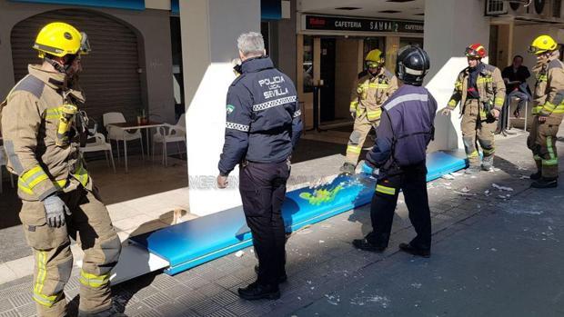 Bomberos y Policía Local retiran el rótulo desprendido