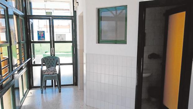 Arriba la puerta que el niño abrió y se le cayó encima. Al esquivarla rompió el cristal con el antebrazo
