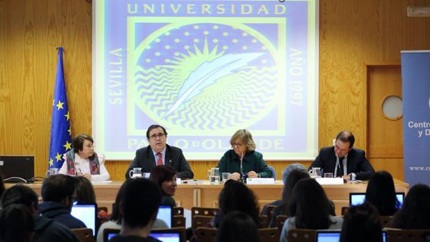 El rector Vicente Guzmán durante un momento del debate