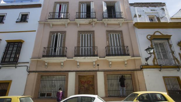 Varias personas arreglan las persianas de la casa okupada