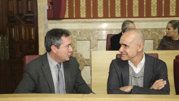El alcalde, Juan Espadas, y el delegado de Hábitat Urbano, Antonio Muñoz, ayer en el Pleno