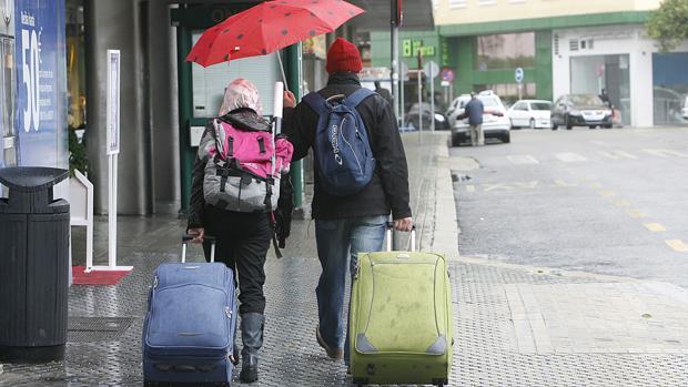 Dos turistas en la plaza del Duque de Sevilla