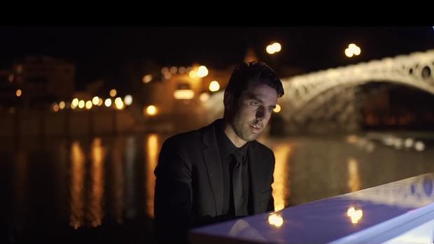 El pianista Diego Valdivia, en una escena del videoclip «Sevilla»